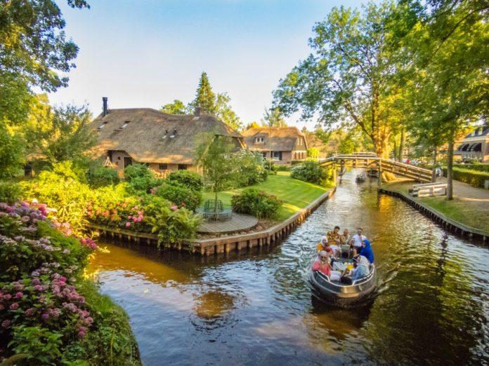 Giethoorn é um vilarejo na Holanda a 120 quilômetros de Amsterdam, onde barcos passeiam pelos canais, já que lá não existem ruas