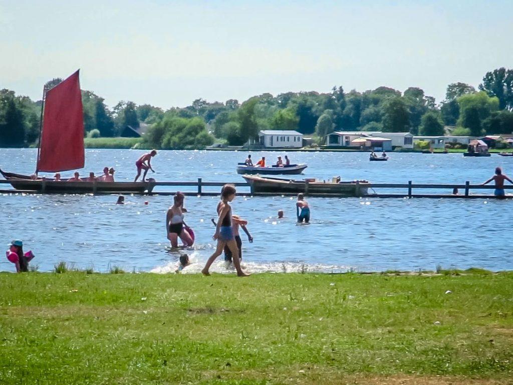 crianças nadam no Bovenwijde, lagoa que fica em Giethoorn