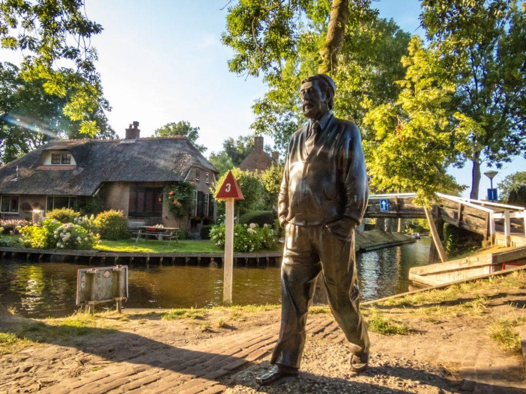 próximo aos canais de Giethoorn, a Veneza da Holanda, você encontra uma escultura do ator Albert Mol, que atuou no filme Fanfare, de 1958