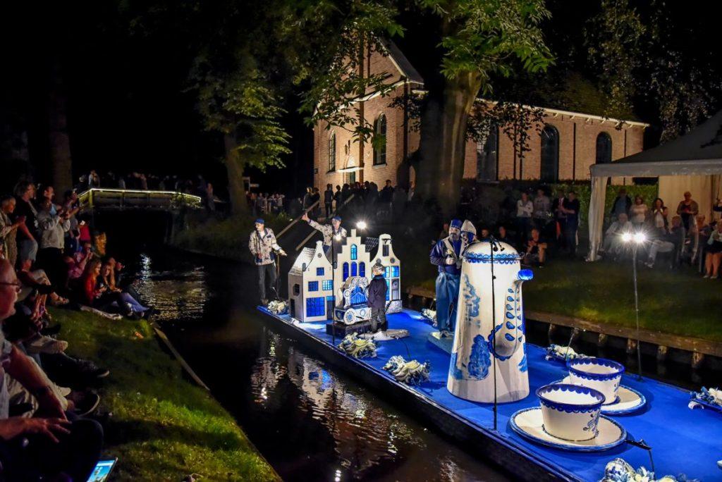 Gondelvaart Giethoorn, desfile de barcos alegóricos iluminados que acontece em Giethoorn, na Holanda