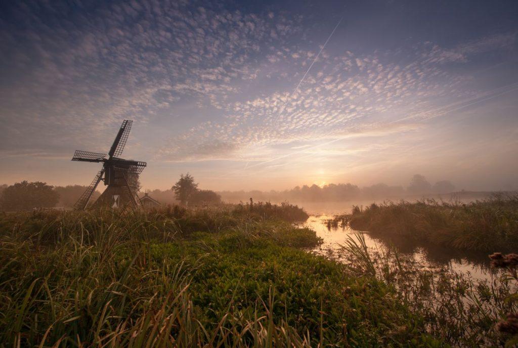 Moinho de vento no Parque Nacional Weerribben-Wieden, onde fica Giethoorn, a Veneza da Holanda cercada por canais e onde carros não entram