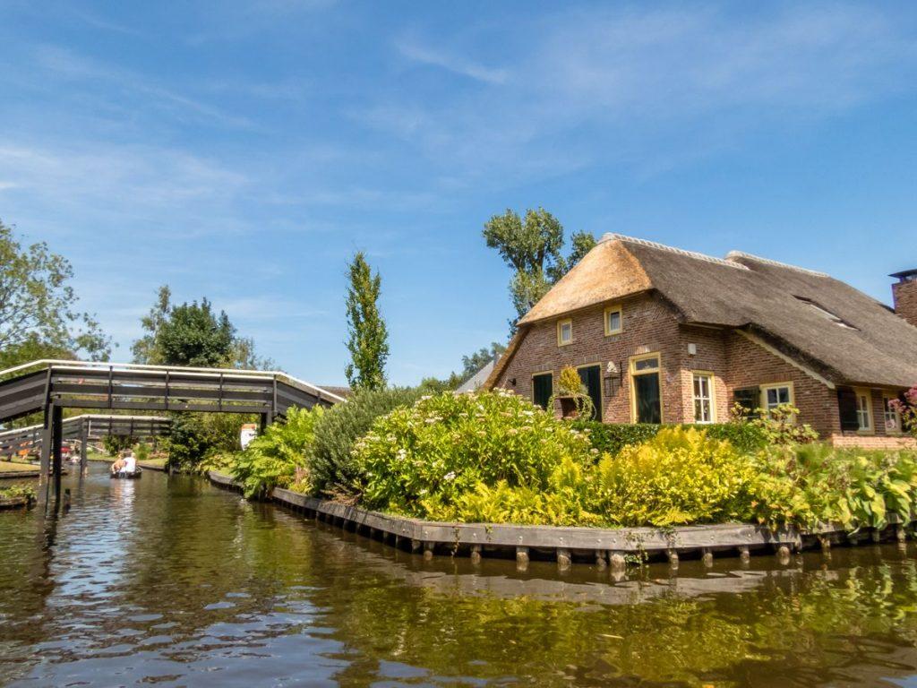 Casa de palha típica de Giethoorn, vilarejo conhecido como a Veneza da Holanda, cercada por canais e pontes