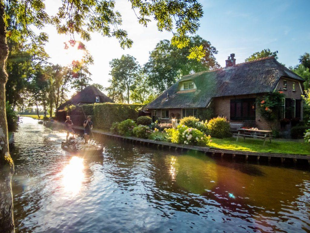 Jovens transportam lenha nos canais de Giethoorn usando o Gieterse punter, uma espécie de gôndola típica de Gietehoorn. O vilarejo é conhecido como a Veneza da Holanda.