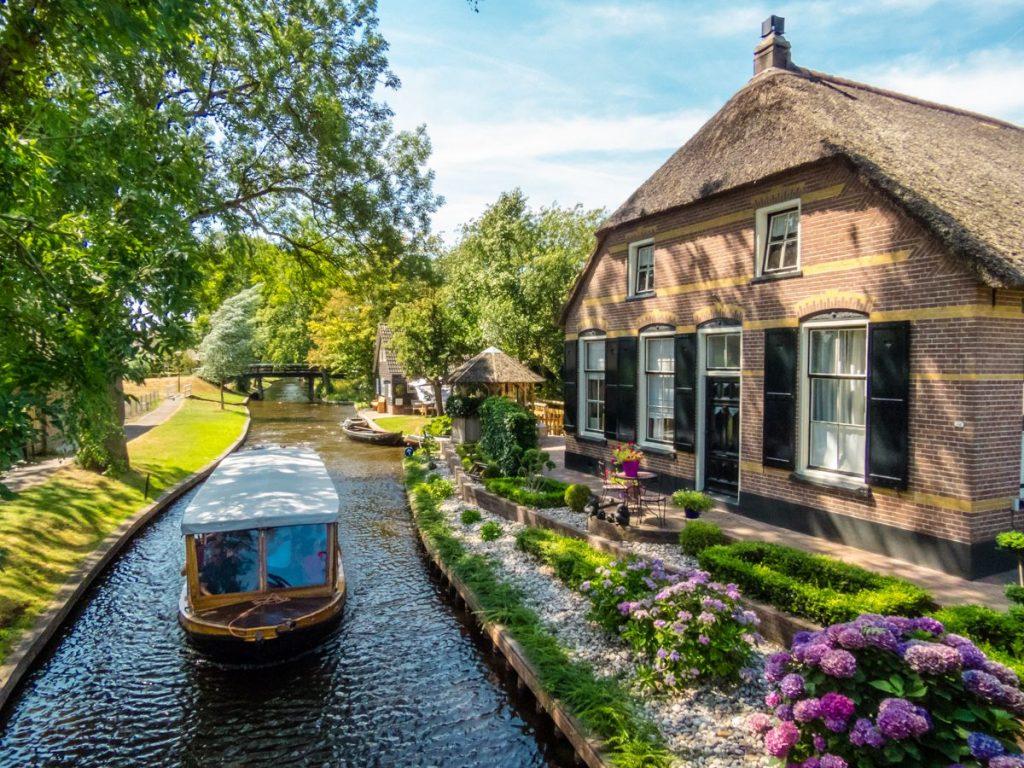 Excursão de barco faz tour pelos canais de Giethoorn e pode ser agendado online para evitar filas