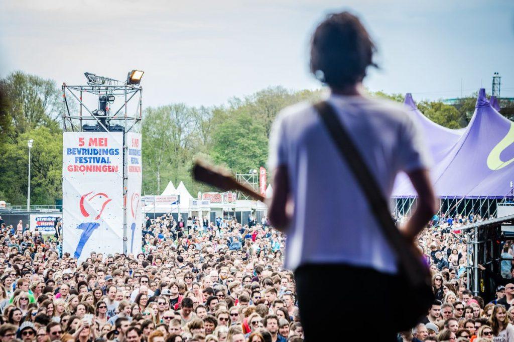 Jett Rebel toca em palco em Groningen no Bevrijdingsfestival, o Festival do Dia da Libertação que acontece todos os anos em diversas cidades da Holanda